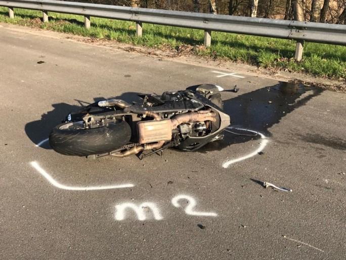 Motorrijder rijdt achteraan in op vrachtwagen: man verkeert in levensgevaar