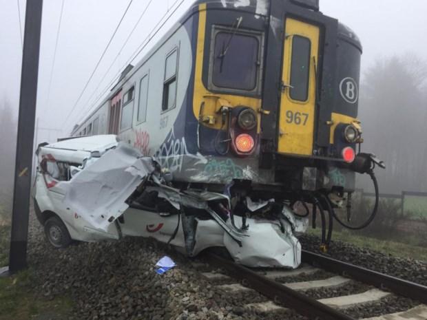 Postauto onder trein in Lichtaart: halve dag geen treinverkeer tussen Herentals en Turnhout