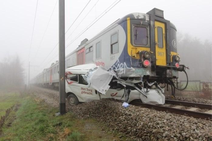 Trein crasht op bestelwagen bpost: postbode kan vluchten maar is zwaar onder de indruk