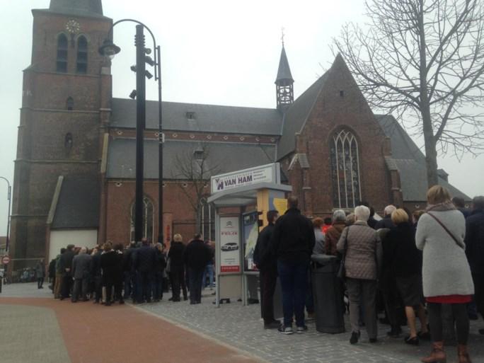 Familie en fans nemen massaal afscheid van betreurde Stef Loos