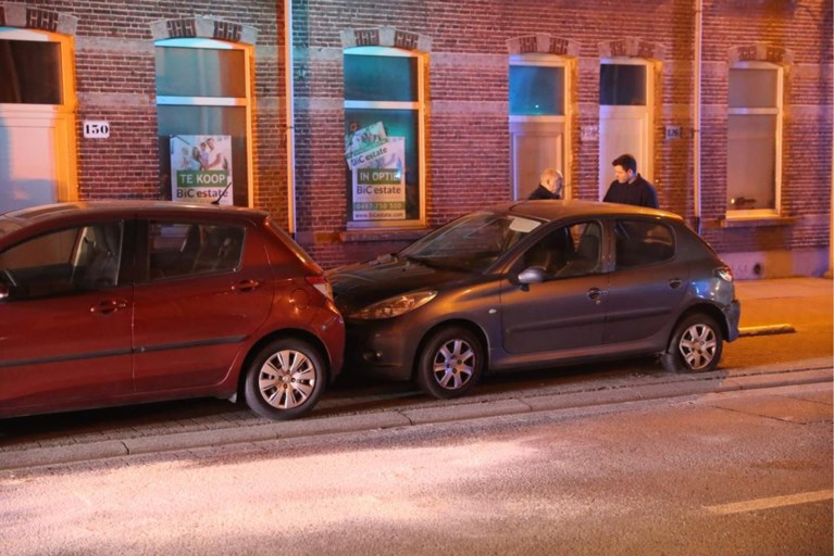 Wagen gaat overkop in flauwe bocht: bestuurster lichtgewond