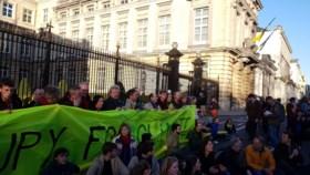 Driehonderdtal activisten, onder wie Anuna De Wever, bezet Wetstraat en eisen klimaatwet: #occupyforclimate
