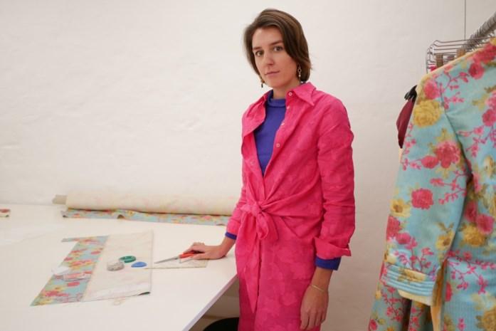 """Antwerpse ontwerpster maakt designermode toegankelijk met naaikits: """"Elk stuk uit mijn collectie kan je zelf naaien"""""""