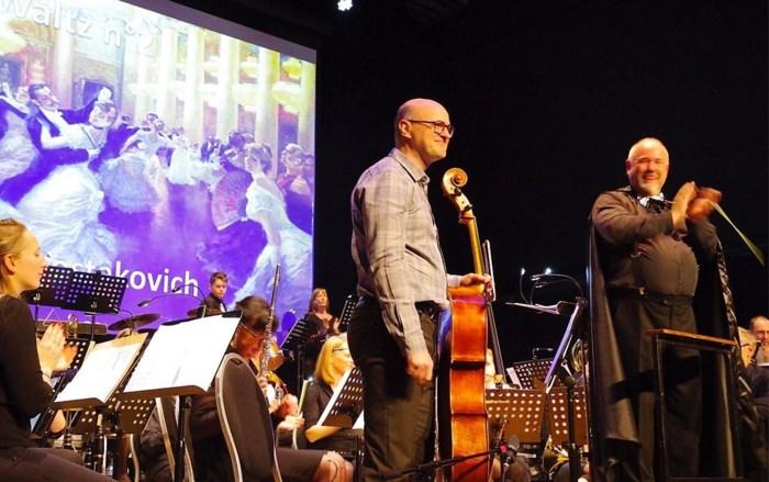Burgemeester Bauwens verrast met solo op cello