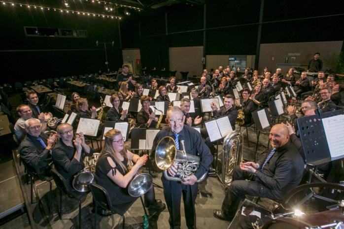 """Muzikant hangt na 73 jaar in fanfare tuba aan de haak: """"Op café kon ik mensen uren laten dansen op mijn muziek"""""""