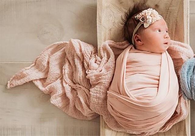 Mama toont pakkend eerbetoon aan overleden kindje van haar tweeling
