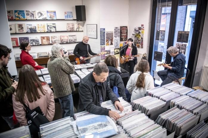 """Onze reporter beleeft Record Store Day in Antwerpen: """"Perfect excuus om de hele dag van de ene winkel naar de andere te lopen"""""""