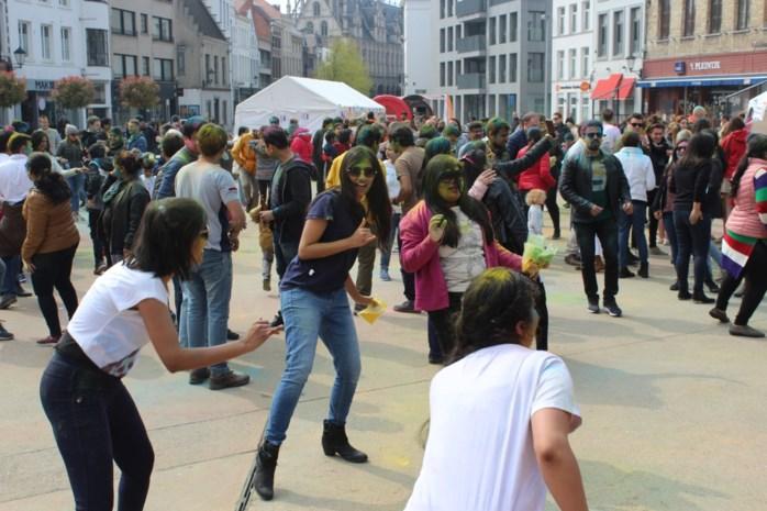 Indiërs vieren overgang van winter naar lente met kleurrijk eerste Holi Festival of Colors