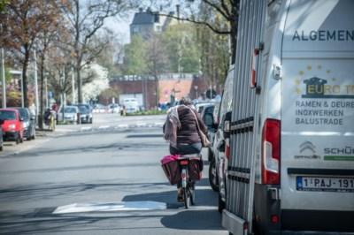 Bakfietsen zigzaggen tussen geparkeerde auto's en kussens