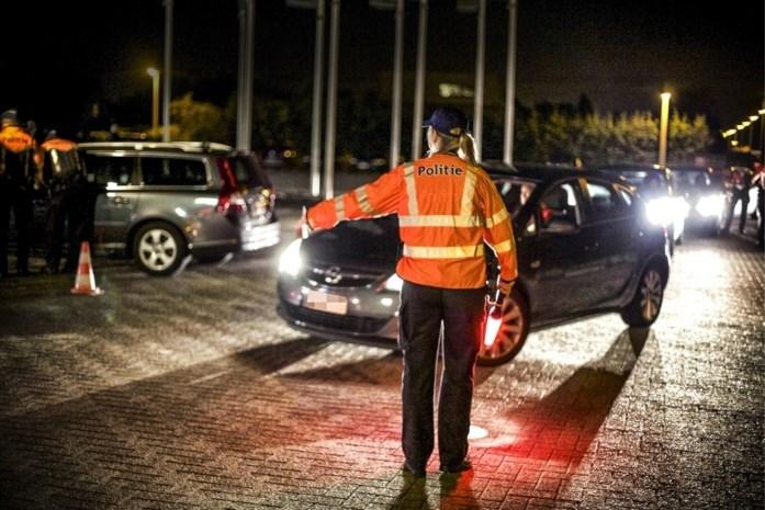 Jonge bestuurders lopen tegen de lamp bij grootschalige verkeerscontrole
