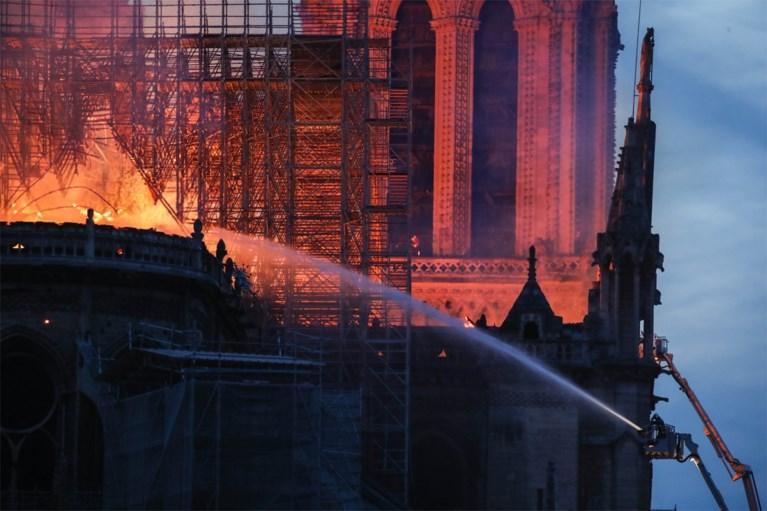 Brand Notre-Dame in Parijs: torenspits en dak storten in, structuur gered