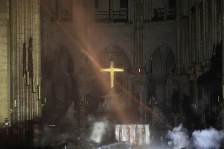 """IN BEELD. Eerste beelden van binnen in de Notre-Dame: """"Hele interieur is verkoold"""""""