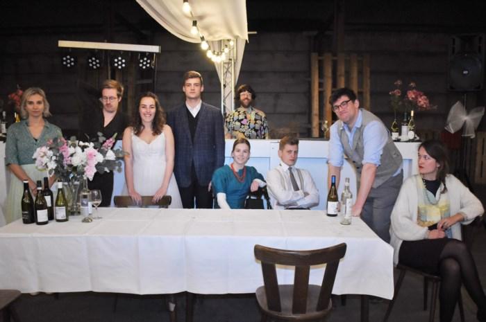 Jongerenvereniging viert vijfde theaterstuk in trouwfeeststijl