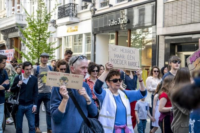 """Groen-politicus Kristof Calvo loopt mee op Antwerpse klimaatmars: """"Trots dat de jongeren het zo lang volhouden"""""""