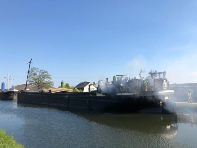 Brand op binnenschip zorgt voor grote rookpluim in Sint-Lenaarts