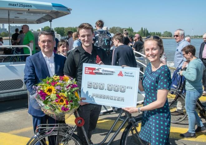 Waterbus zet 500.000ste passagier in de bloemetjes