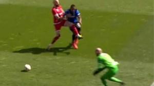 """VAR krijgt er opnieuw van langs nadat Club Brugge penalty onthouden wordt: """"Je zit in dat busje wel iéts te doen, he"""""""
