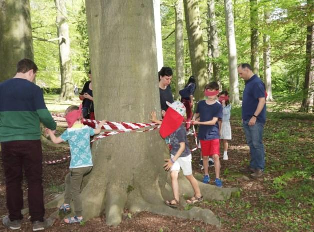 Meer dan 250 kinderen zoeken paaseitjes in park Veltwijck