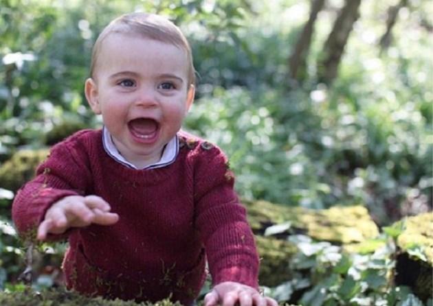 Brits hof geeft nieuwe foto's vrij van prins Louis voor zijn eerste verjaardag