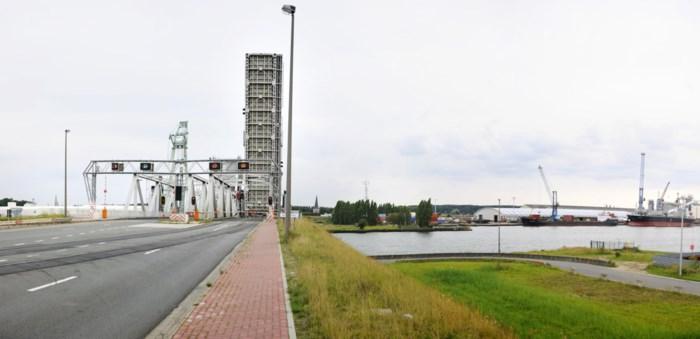 Schip vaart tegen Noordkasteelbrug, geen gewonden