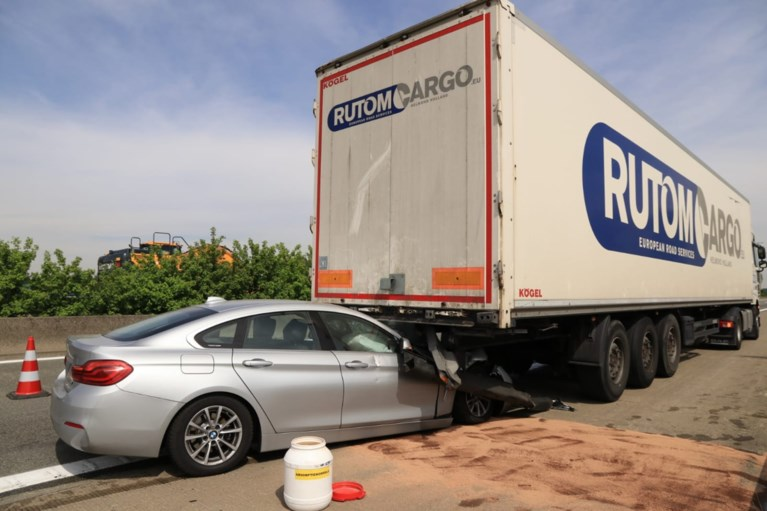 Bestuurder rijdt in op achterkant vrachtwagen op E34: man overgebracht naar het ziekenhuis