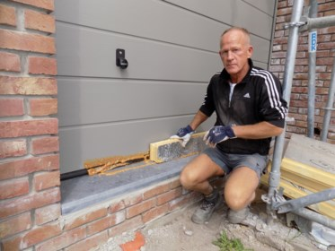 Vandalen lijmen poorten en ramen in nieuwbouw vast: schade van tienduizenden euro's