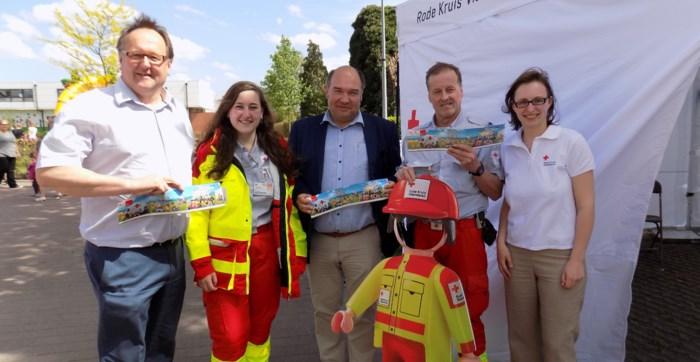 Burgemeesters geven aftrap van stickerverkoop Rode Kruis