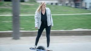 """Onze reporter test de OneWheel: """"Voor die prijs leer ik mezelf wel rijden op een ordinair skateboard zonder motortje"""""""