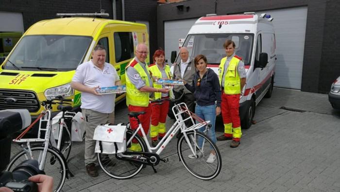 Sanne Cant koopt eerste zelfklever van het Rode Kruis