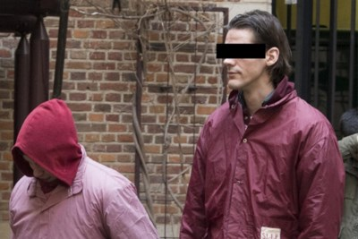 """Moordverdachte verwondt beambte in gevangenis: """"Je stelt er niets voor, je kan enkel buigen"""""""