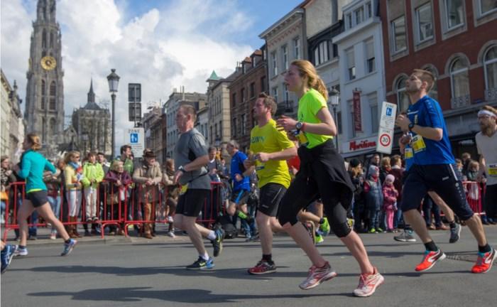 10 Miles passeert langs Zuiderdokken en Ossenmarkt