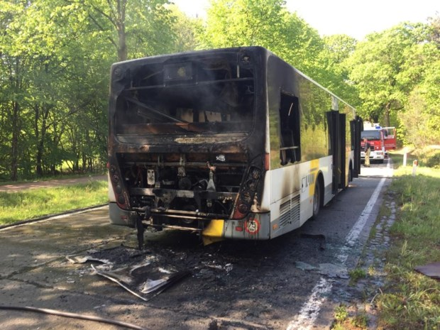 Lijnbus in lichterlaaie: chauffeur ontsnapt aan brand