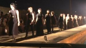 En plots zijn alle ogen gericht op dit speciaal 'model' tijdens modeshow Dior