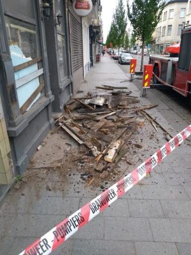 Brandweer haalt losse dakgoot van gebouw: openbaar vervoer verstoord