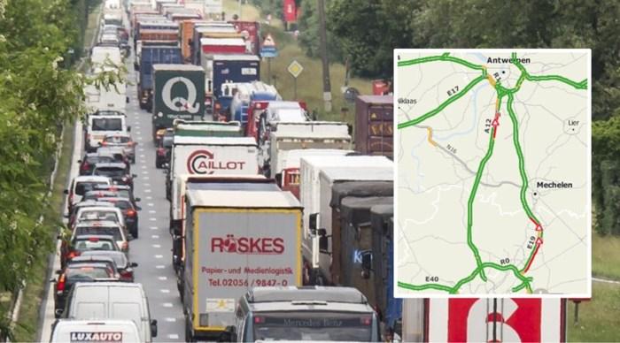 Vrachtwagen vol aarde zorgt voor verkeershinder op E19: weg terug vrijgemaakt