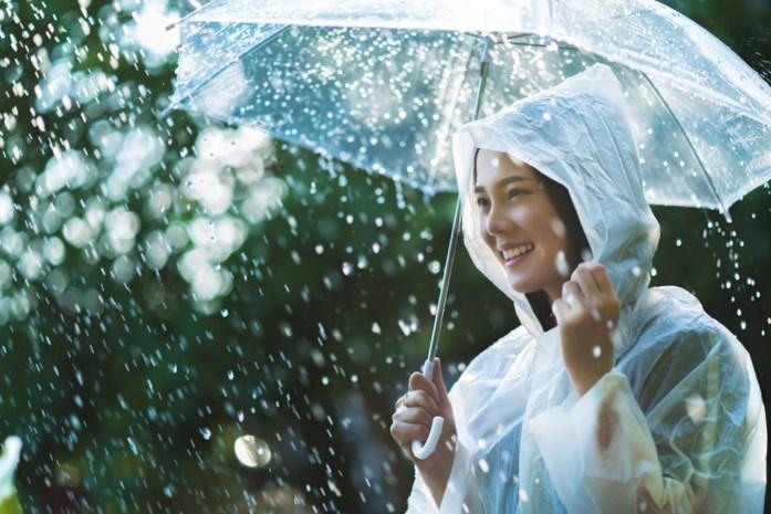 De regenjas, je beste vriend bij kwakkelweer: zo combineer je in stijl