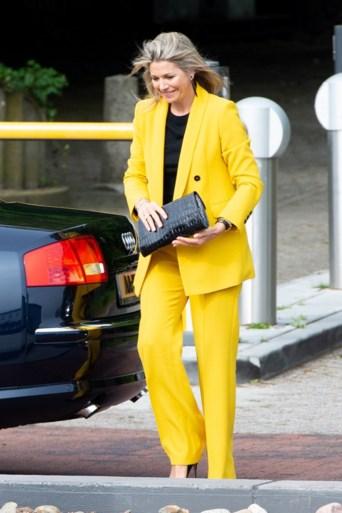 ROYALS. Koningin Máxima maakt het mooie weer in betaalbaar pak. En Brits paleis gaat in de fout