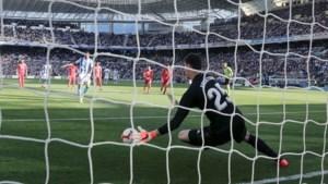 Thibaut Courtois pakt voor het eerst sinds 2015 een strafschop, maar gaat met Real pijnlijk onderuit tegen Adnan Januzaj