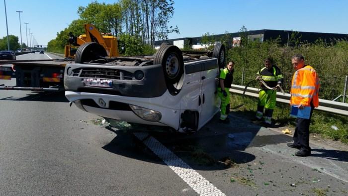 Bestuurder bestelwagen verliest controle over stuur en belandt op dak