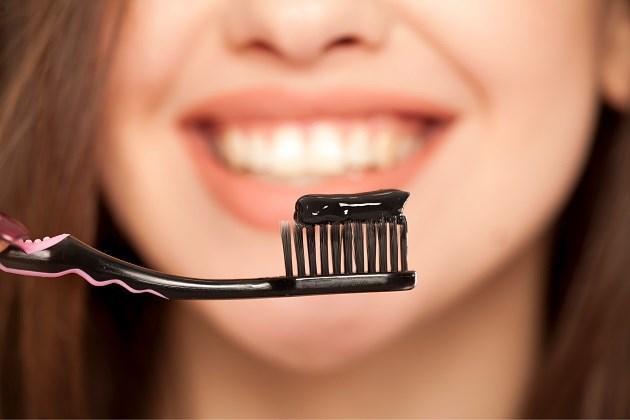 Tandpasta met houtskool: nutteloos en misschien zelfs schadelijk