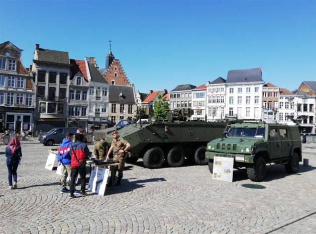 Militaire voertuigen parkeren zich op Grote Markt
