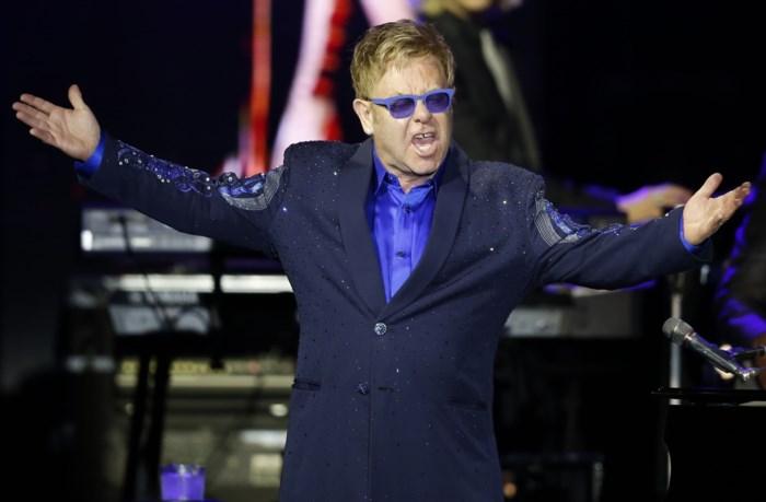 Elton John zwaait zijn fans uit in Sportpaleis