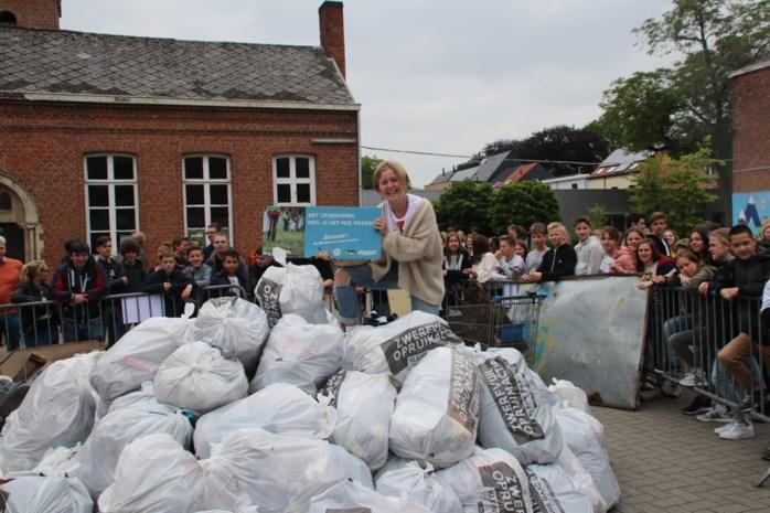 Leerlingen ploggen berg afval bij elkaar