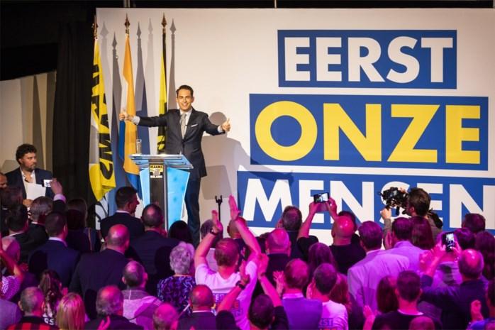 """Gesterkt door peilingen scandeert zaal tegen """"politieke elite"""", links en migranten: """"Vlaams Belang is sterker dan ooit"""""""