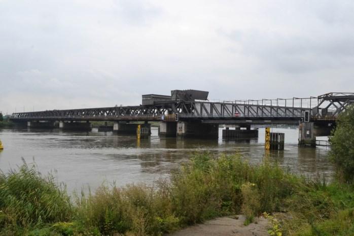 Vrachtwagen tegen hoogteportaal: Scheldebrug nog tot eind mei afgesloten