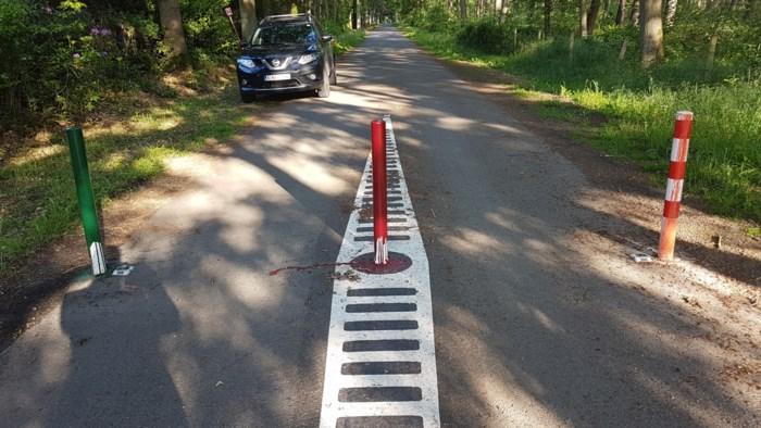 """Onbekenden besmeuren verkeerspaaltjes met verf en halen reflectoren weg: """"Deze vandalen spelen met mensenlevens"""""""