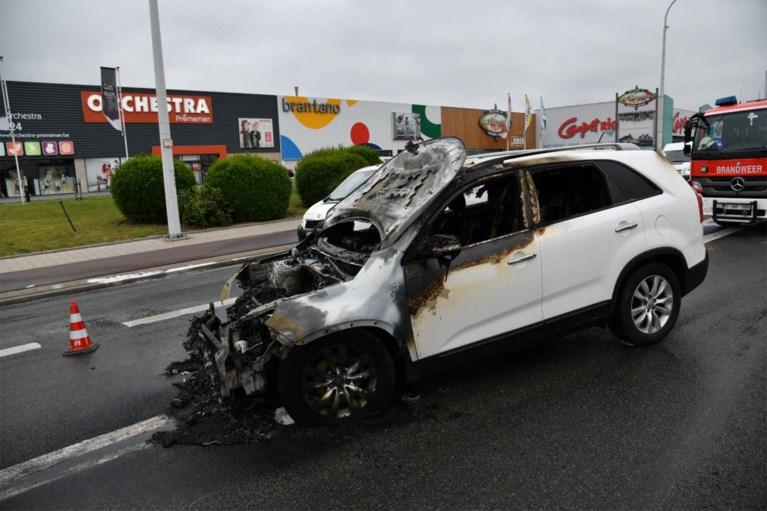 Splinternieuwe auto brandt uit op A12