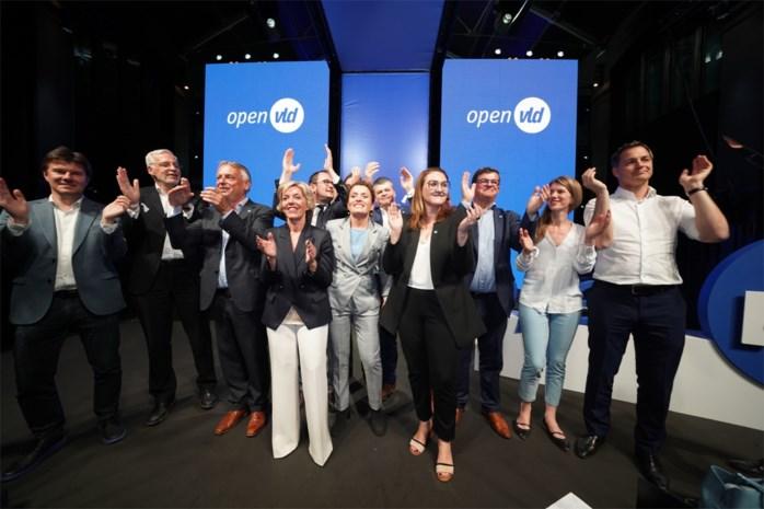 Lachende gezichten op het podium bij Open Vld, maar achter de schermen klinkt kritiek