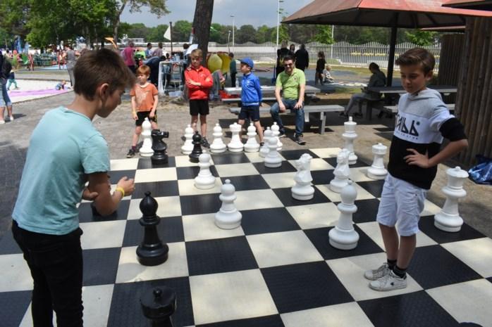 Kinderen spelen tijdens Dag van de Opvoeding