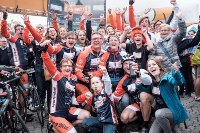Ballonnen, vlagjes en spandoeken voor fietsers van 1.000 km voor Kom op tegen Kanker